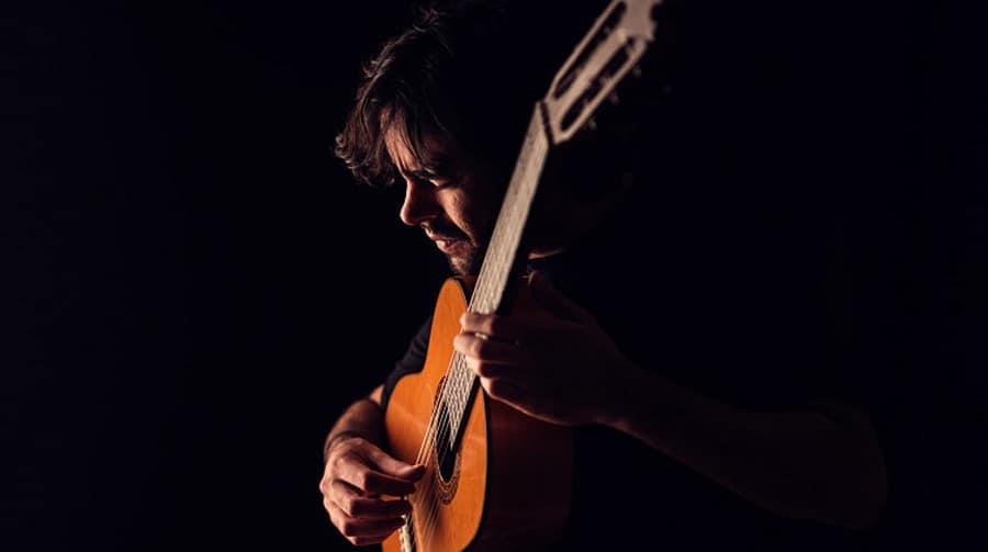 Daniel Casares y su guitarra