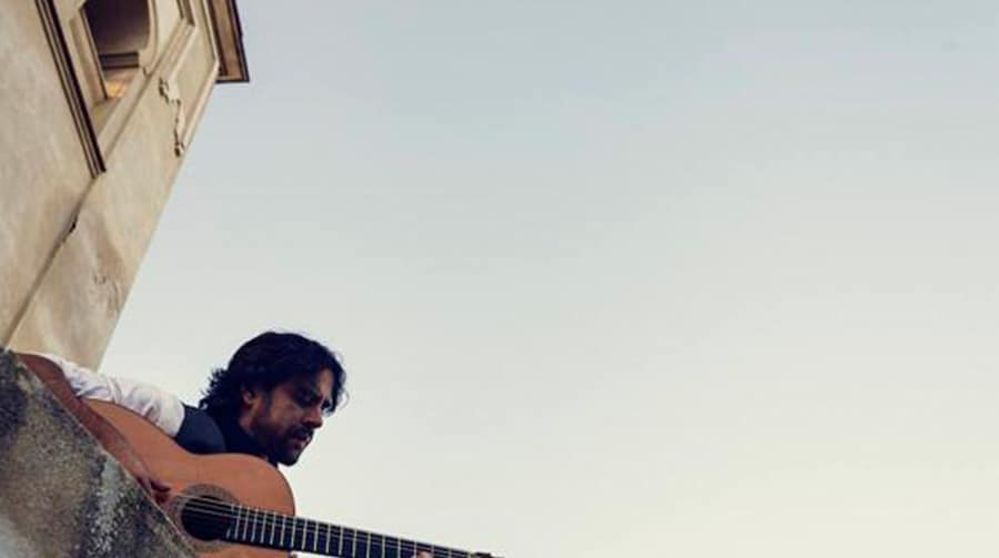 Daniel Casares tocando la guitarra española