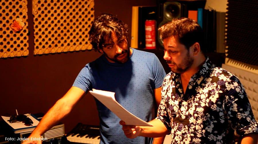 Dani Casares y Miguel Poveda en el estudio de grabación