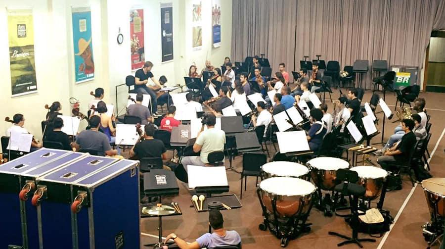 Dani Casares ensaya junto con la orquesta sinfónica de Cesgranrio, Brasil.