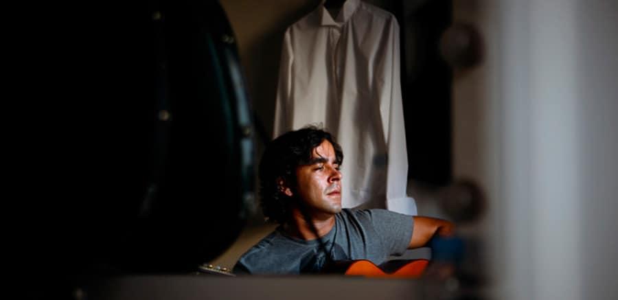 El guitarrista Dani Casares posa para deflamenco.es