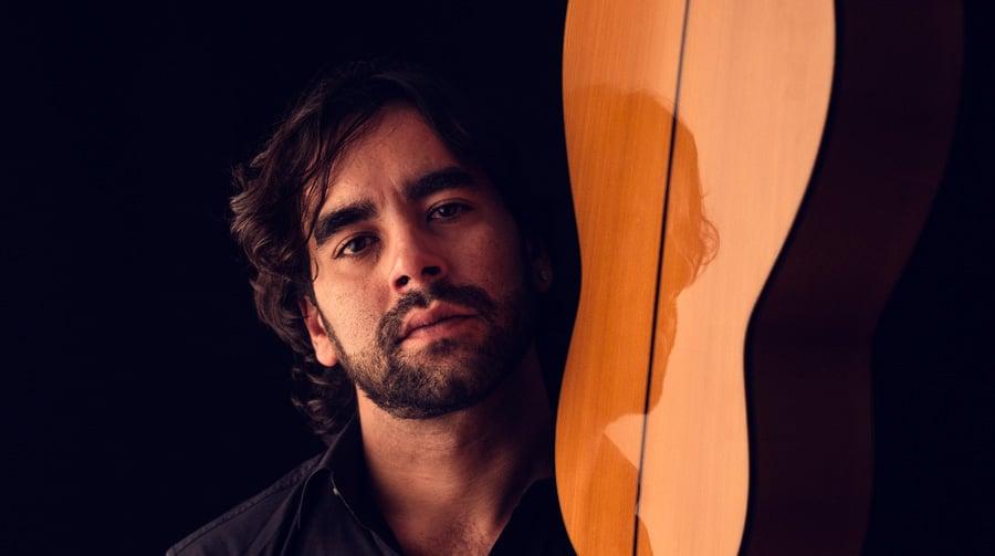 Dani Casares posa con su guitarra, foto de Nicolò Guasti